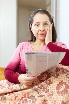 신문을 읽은 후 슬픔을 갖는 여자
