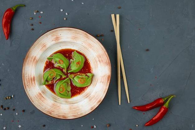 豚肉、中華料理、コンクリートの背景とワンタン餃子