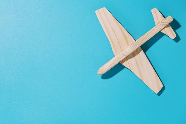 青い背景の木製飛行機、上面図