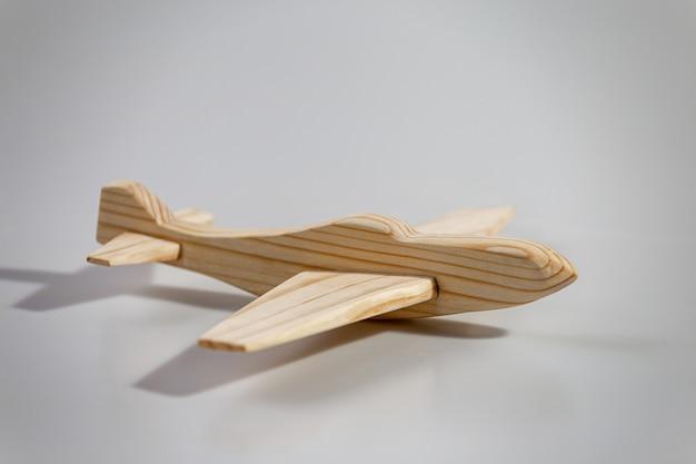 白い背景、上面図の木製飛行機
