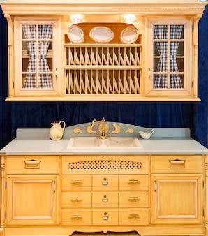 Деревянный красивый нестандартный дизайн интерьера кухни