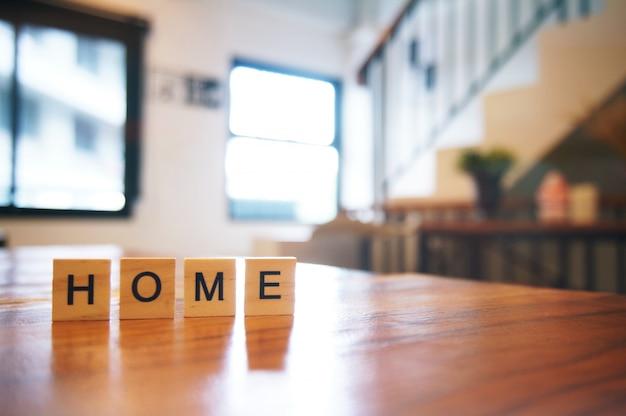 Деревянный блок главное слово на деревянном столе для фона. копия пространства