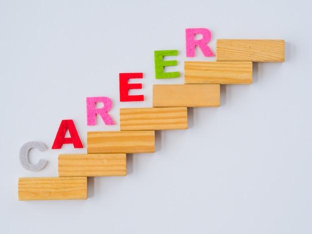 Укладка деревянных блоков как ступенчатая лестница с текстом career.