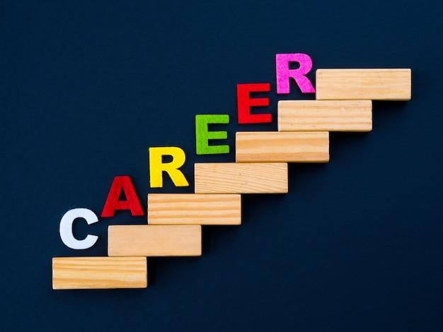 Укладка деревянных блоков как ступенчатая лестница с словом career
