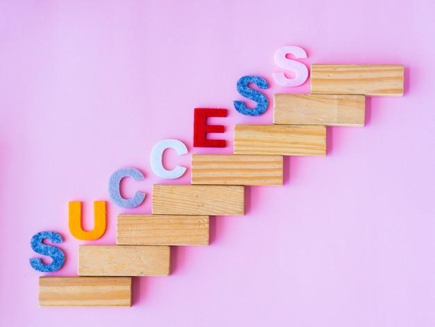 Укладка деревянных блоков как ступенчатая лестница с текстом success.