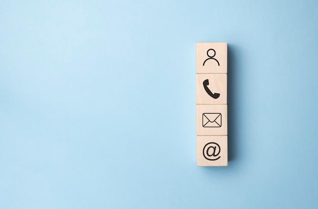 Деревянный блок символа телефона, почты, адреса и мобильного телефона