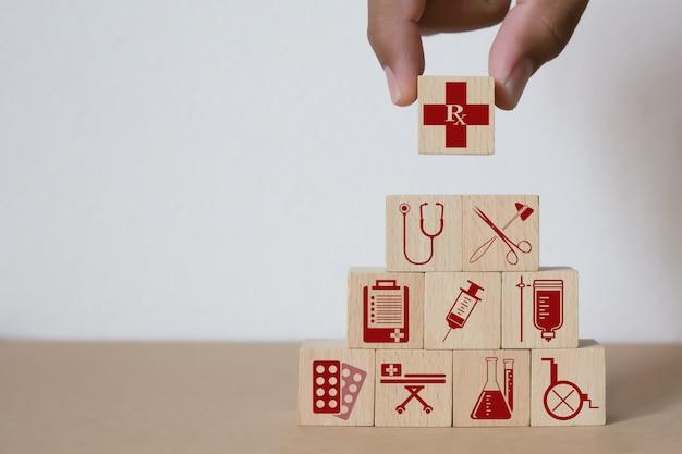 医療と健康のアイコンとウッドブロック