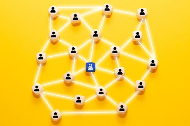 나무 블록과 사람 아이콘. 리더십, 채용 및 팀 작업을위한 네트워킹 및 소셜 미디어 개념.