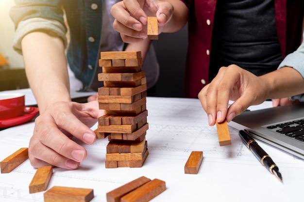 나무 블록은 복사 공간, 배경이 있는 게임을 쌓습니다. 교육, 위험, 개발 및 성장의 개념, 타워 탑 뷰, jenga.