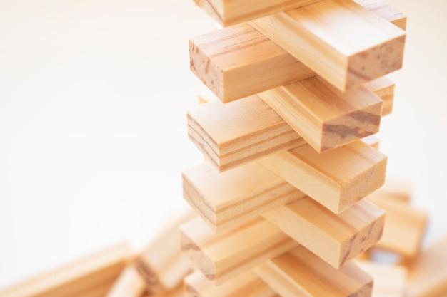 ウッドブロックスタックゲーム、コピースペース、背景。教育、リスク、開発、成長の概念