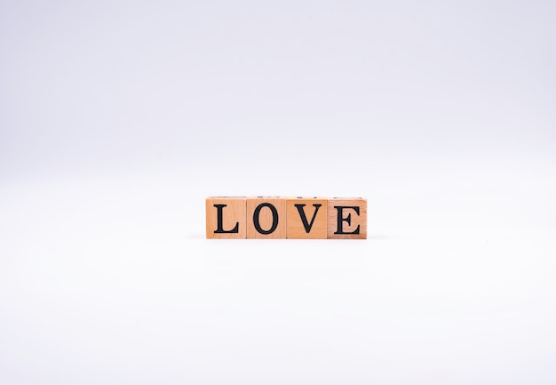 Деревянные блоки с черными буквами. правописание - любовь.