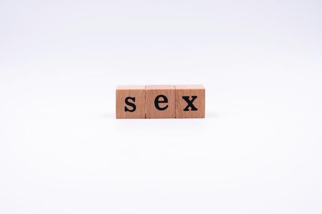 Деревянные блоки с черными буквами. правописание секс.