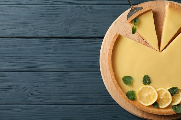 나무 배경, 평면도에 레몬 타르트와 나무 보드