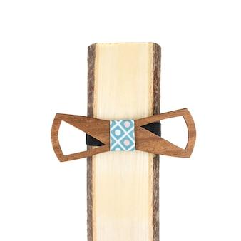 Деревянный галстук-бабочка на белом фоне