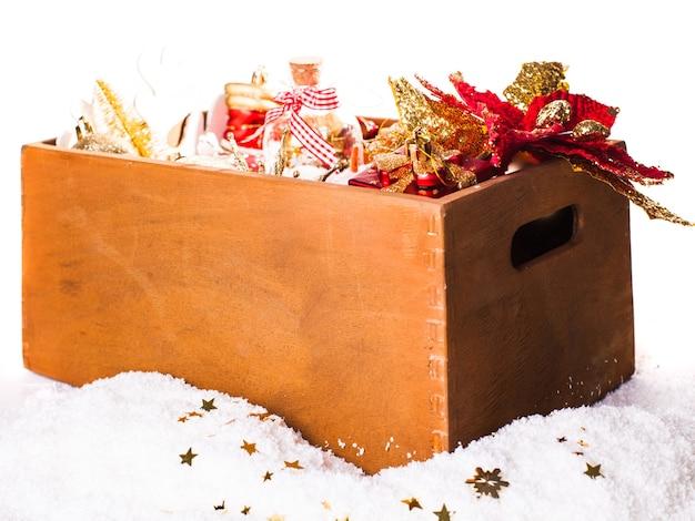 クリスマスの装飾が施された木製の箱、休日の準備