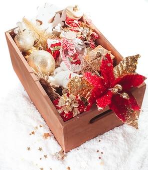 Деревянная шкатулка с новогодним украшением, подготовка к праздникам