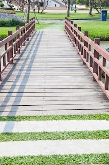 Деревянный мост в парке