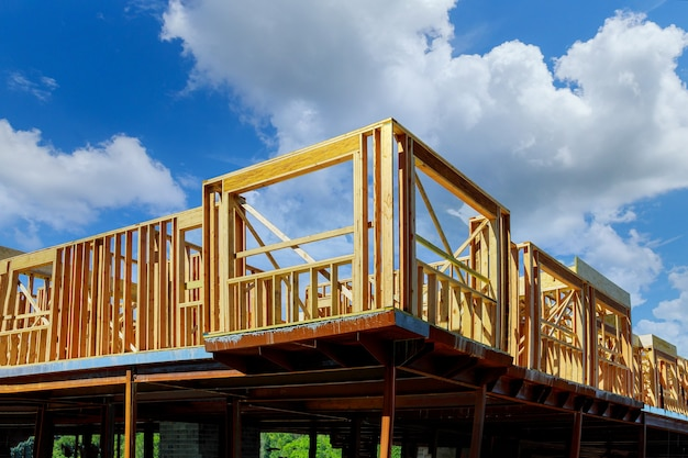 건설중인 새 집의 새로운 개발 프레임에 목재 건물 프레임 구조