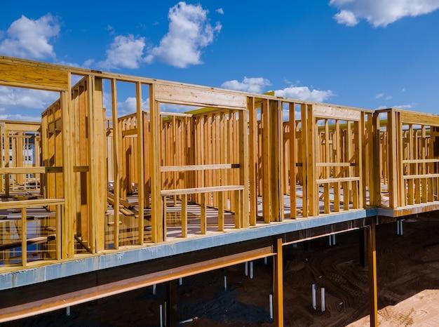 Каркасная конструкция деревянного дома на новостройке каркаса нового строящегося дома