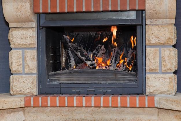 Выжигание дров в камине крупным планом
