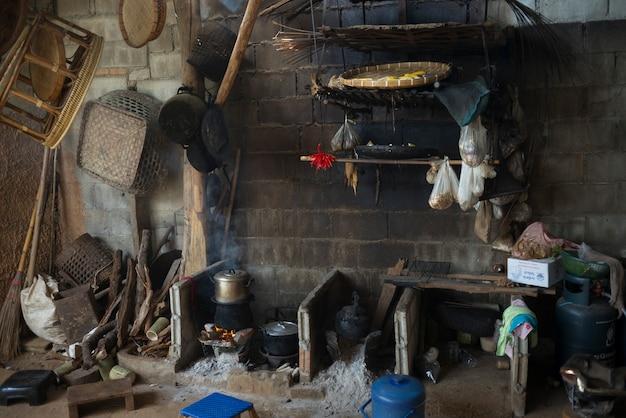 Дровяная печь на традиционной кухне, чианг рай, таиланд
