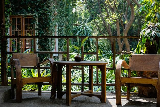 Деревянный стул в гостиной на террасе дома