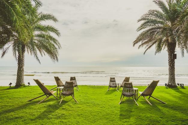 緑の芝生の上の木の椅子