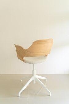 회색 패브릭 시트가 있는 나무 의자