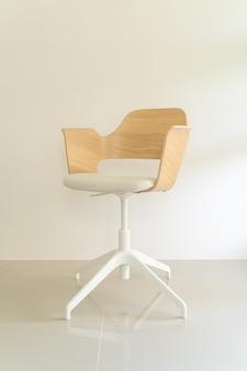 灰色の布の座席が付いている木の椅子