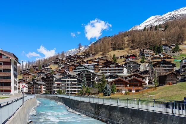Wood chalet and hotel in zermatt Premium Photo