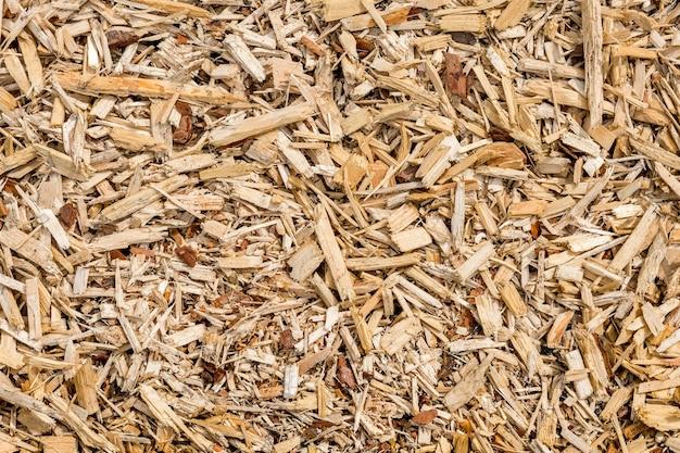 나무 칩과 부스러기는 바닥에 평평하게 놓여 있습니다. 자연 배경과 나무 질감