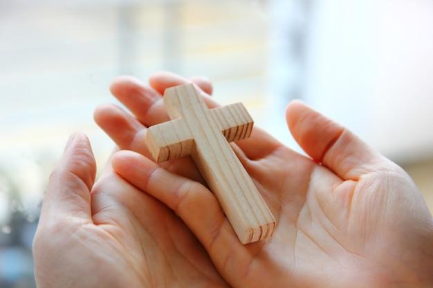 여자 손에 나무 십자가