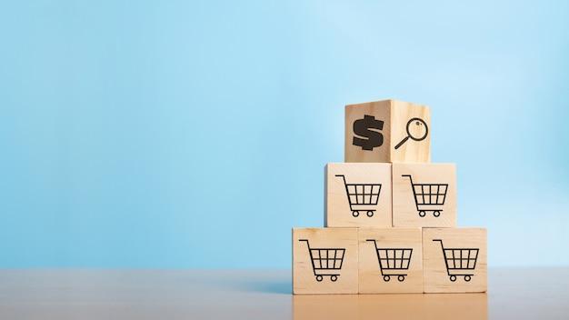Укладка деревянных кубов с символом доллара монеты и символом магазинной тележки. процесс успеха роста бизнеса. бизнес-концепция. покупки онлайн. электронный маркетинг.