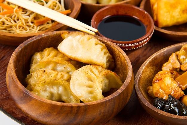 중국 음식을 곁들인 나무 접시