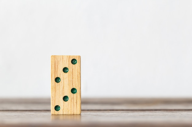子供のための木のドミノの脳のゲーム