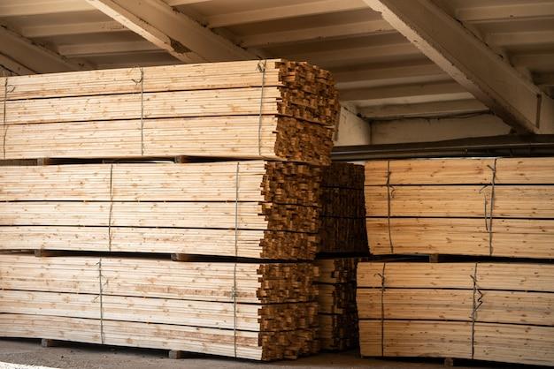 木材工場のストックと木材ボード、自然ビジネスの輸出