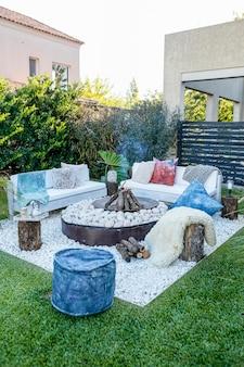 Дрова и камни с лавками в саду