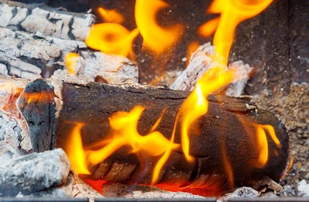 薪の火のクローズアップ木の煙の火のクローズアップ