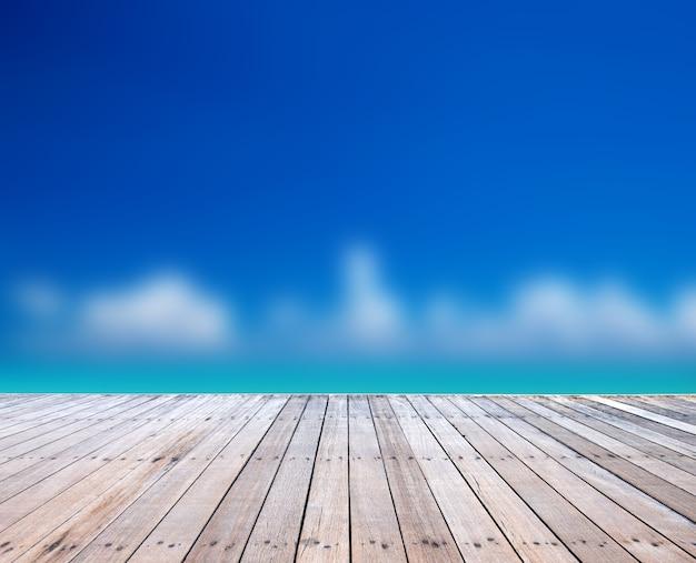 ぼやけた砂浜の背景に木の床。