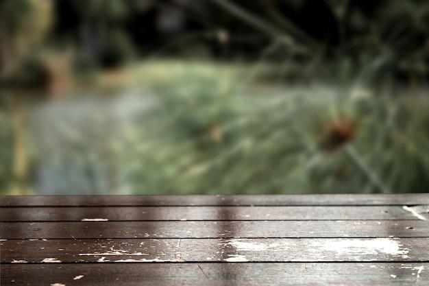Деревянный пол в перспективе с деревянной текстурой светло-коричневого цвета на фоне природы
