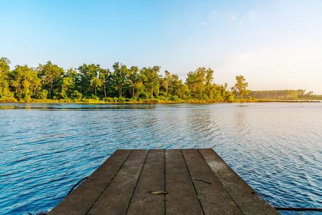 Верхняя часть деревянного пола на голубом реке и голубом небе