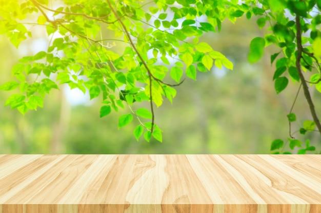 自然公園の背景と夏のシーズンの製品ディスプレイモンタージュのぼやけた木と木の床