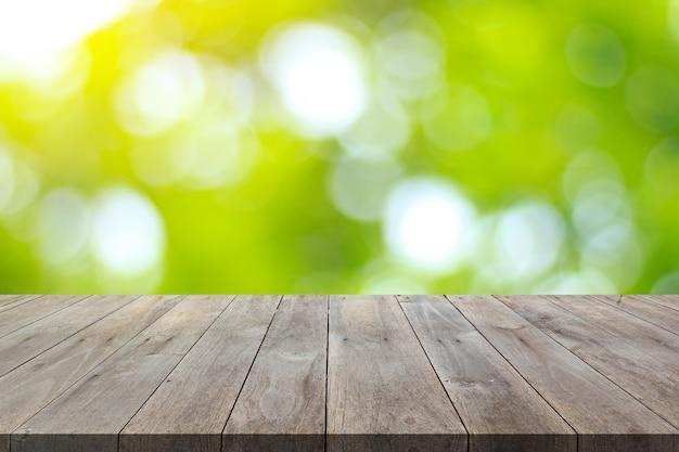 自然公園の背景と夏の季節の木がぼやけている木の床