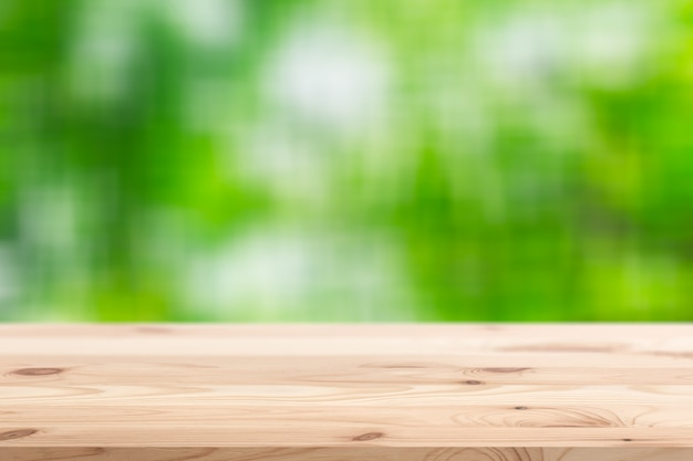 Деревянный передний план с размытым зеленым лесом фона для отображения продуктов природы