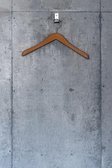 コンクリートの壁に木製ハンガー