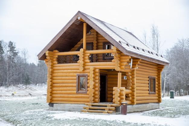겨울에 자연에서 목재의 목조 주택