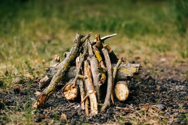 屋外の夏のキャンプの木材