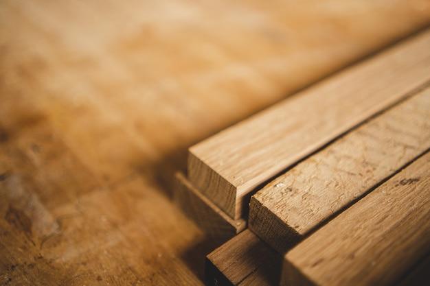 木材産業の背景、木造建設工場の大工機械設備、茶色の天然木の板のテクスチャパターンについての作業