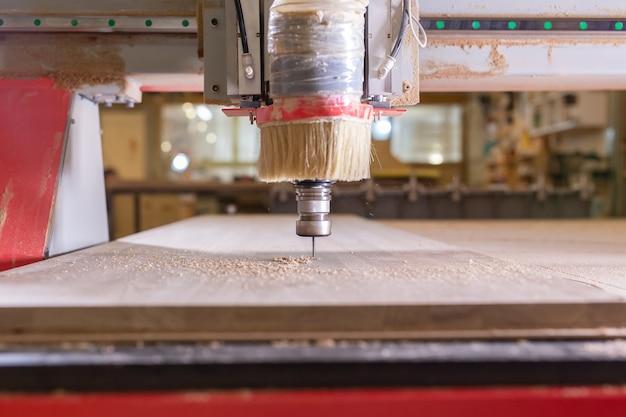 나무, 금속, 생산 개념 - 절단 도구, 절단 과정에 중점을 둡니다.