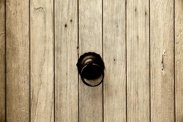 Деревянные старые двери фон